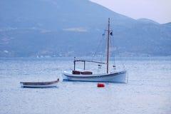 Barcos de pesca griegos tradicionales Imágenes de archivo libres de regalías