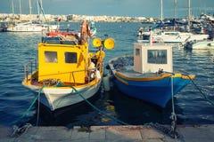 Barcos de pesca italianos velhos típicos no porto imagens de stock