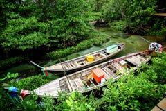 Barcos de pesca locais em florestas dos manguezais Fotos de Stock