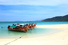Barcos de pesca locales tailandeses en la playa en la playa de la isla de Lipe del Imágenes de archivo libres de regalías