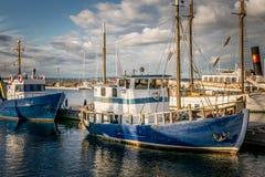 Barcos de pesca de madeira tradicionais em um porto imagem de stock