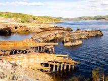Barcos de pesca de madeira velhos afundados em Teriberka, Murmansk Oblast, Rússia foto de stock