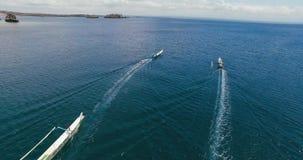Barcos de pesca de madera aéreos que van a la isla almacen de metraje de vídeo