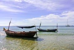 barcos de pesca de madera en el agua tranquila cristalina Fotografía de archivo