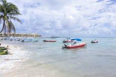 Barcos de pesca mexicanos en el Playa del Carmen Imagen de archivo libre de regalías