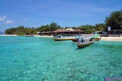Barcos de pesca na água claro de turquesa Imagens de Stock Royalty Free