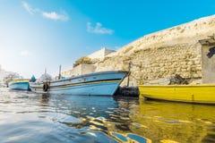 Barcos de pesca na água do rio Foto de Stock Royalty Free
