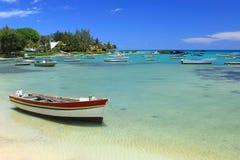 Barcos de pesca na água pouco profunda, Maurícias Foto de Stock