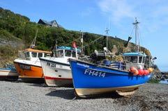 Barcos de pesca na angra Cornualha de Cadgwith fotos de stock