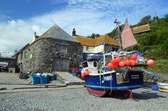 Barcos de pesca na angra Cornualha de Cadgwith imagens de stock royalty free