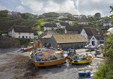 Barcos de pesca na angra de Cadgwith, Cornualha, Inglaterra fotografia de stock royalty free