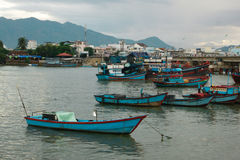 Barcos de pesca na baía Foto de Stock