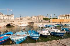 Barcos de pesca na cidade de Siracusa, Sicília Imagens de Stock Royalty Free