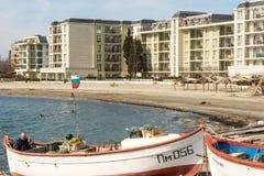 Barcos de pesca na costa de uma praia na baía de Pomorie em Bulgária Fotografia de Stock
