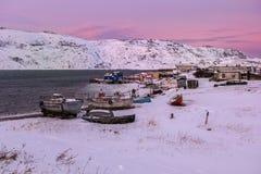 Barcos de pesca na costa nevado em Teriberka, região de Murmansk, Rússia Fotos de Stock