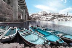 Barcos de pesca na garganta entre as montanhas desencapadas imagem de stock royalty free