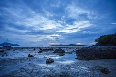 Barcos de pesca na lama na praia de Rawai foto de stock royalty free