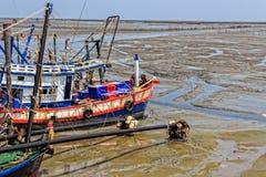 Barcos de pesca na maré baixa Fotografia de Stock Royalty Free
