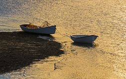 Barcos de pesca na noite em um Tidal River imagens de stock royalty free