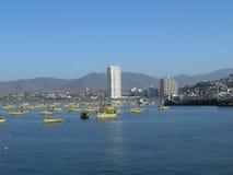 Barcos de pesca na porta fotografia de stock