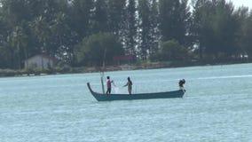 Barcos de pesca na praia vídeos de arquivo