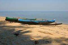 Barcos de pesca na praia imagem de stock royalty free