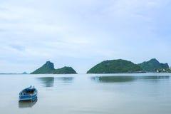 Barcos de pesca na praia Foto de Stock Royalty Free