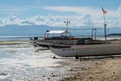 Barcos de pesca na praia Imagem de Stock