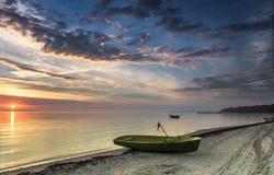 Barcos de pesca na praia Báltico no alvorecer, Letónia Fotos de Stock