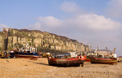 Barcos de pesca na praia de Hastings imagens de stock royalty free