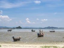 Barcos de pesca na praia na tarde Fotografia de Stock