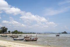 Barcos de pesca na praia na tarde Fotos de Stock