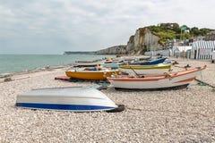 Barcos de pesca na praia de Yport em Normandie, França Fotos de Stock