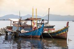 Barcos de pesca na vila Indonésia kalimantan Bornéu imagem de stock