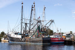 Barcos de pesca negros y rojos Fotografía de archivo