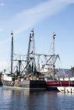Barcos de pesca negros y rojos Fotografía de archivo libre de regalías