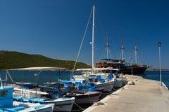 Barcos de pesca no cais imagem de stock royalty free