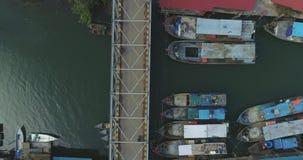 Barcos de pesca no cais filme