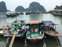 Barcos de pesca no cais no Ha por muito tempo, Vietname Imagens de Stock