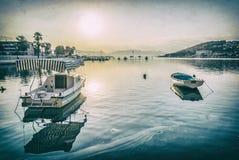 Barcos de pesca no fuzileiro naval pelo nascer do sol, Trogir, filtro análogo fotos de stock