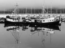 Barcos de pesca no inverno foto de stock
