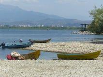 Barcos de pesca no lago de Skadar na parte albanesa imagem de stock