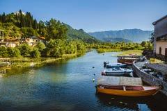 Barcos de pesca no lago Skadarsko, Montenegro foto de stock