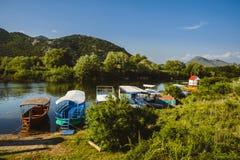 Barcos de pesca no lago Skadarsko, Montenegro fotos de stock