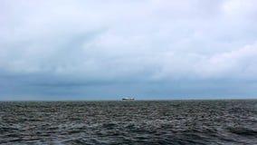 Barcos de pesca no mar video estoque