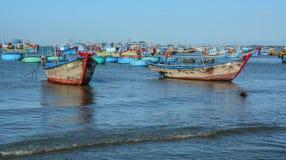 Barcos de pesca no mar em Nha Trang, Vietname fotografia de stock