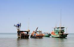 Barcos de pesca no mar em Phuket, Tailândia Imagem de Stock Royalty Free