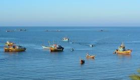 Barcos de pesca no mar na ilha de Dao do engodo, Vietname Imagem de Stock Royalty Free