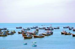Barcos de pesca no mar na manhã fotografia de stock royalty free