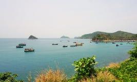 Barcos de pesca no oceano azul Imagens de Stock Royalty Free